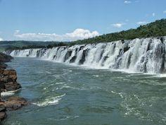 """Salto do Iucumã ou Grande Salto Moconá é um importante conjunto de quedas d'água no Estado brasileiro do Rio Grande do Sul. Em idioma guarani Moconá significa """"que tudo engole"""". Os saltos se dão ao longo de 1.800 metros."""