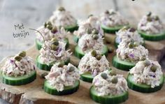 Healthy toasts with tuna salad are super easy to make and very tasty . Appetizer Recipes, Snack Recipes, Food Porn, Healthy Snacks, Healthy Recipes, Snacks Für Party, Appetisers, Tostadas, High Tea