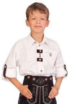 Modisches Trachtenhemd mit Krempelarm für Jungen. Die Knopfleiste zieren Lederapplikationen und Leinenkordeln. Sie verleihen dem Hemd einen rustikalen Charakter. Krempelarmfunktion. Kentkragen. Brusttasche links. Knöpfe in Hirschhornoptik. Lederimitat.