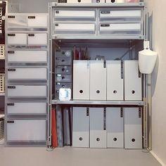 ユニットシェルフやスタッキングシェルフ、ラタンボックスにトタンボックスなど、挙げたらキリがないほど、収納に適したアイテムが豊富に揃う無印。使う場所や使い方によって、今まで悩みの種だった整理整頓や、デッドスペースの有効活用まで解決してくれます。今回はそんな無印のアイテムを使用したアイデアを大公開!オススメの76の実例から、スッキリ片付けるコツをご紹介します。