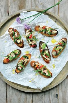 Zuiderse bruschetta met tonijn en rucolapesto http://njam.tv/recepten/zuiderse-bruschetta-met-tonijn-en-rucolapesto