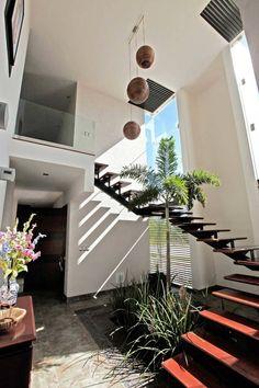 cubo escalera en armonia : escaml. EscalerasPasillos, vestíbulos y escaleras modernos de AMEC ARQUITECTURA