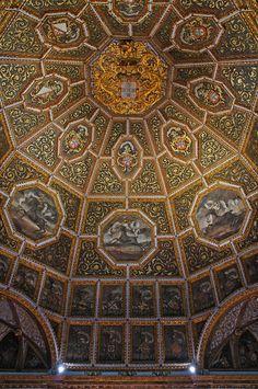 Una de las estancias más espectaculares del Palacio Nacional de Sintra, la Sala de los Escudos. En su cúpula figuran los escudos de armas de las 72 familias nobles portuguesas y de los 8 hijos del rey Manuel I de Portugal.