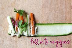 Im Sommer, auf der Suche nach außergewöhnlichen Snacks für Grillparties bieten sich diese veganen Zucchini Sushi Rollen mit rohem Gemüse an