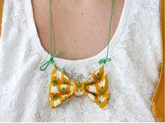 Lu von Luloveshandmade zeigt Euch wie man eine schöne Halskette mit einer Stoffschleife ganz einfach selber herstellen kann. Die Schleifenkette eignet sich super als Geschenk oder als raffinierter Hingucker für das eigene Outfit.