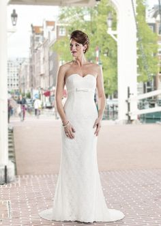 Goedkope kanten trouwjurk. www.bruidsmodemariska.nl