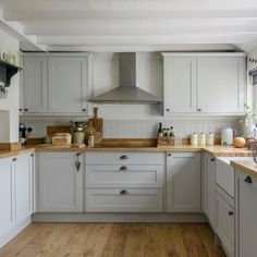 Simple and serene. This pale grey kitchen ticks all our style boxes. Cosy Kitchen, Home Decor Kitchen, Kitchen Interior, New Kitchen, Kitchen Ideas, Modern Country Kitchens, Grey Kitchens, Home Kitchens, Kitchen Cabinet Design