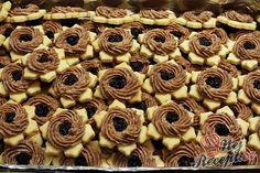 Rumové věnečky | NejRecept.cz Czech Recipes, Christmas Baking, Mini Cupcakes, Nutella, Cookie Recipes, Almond, Sweet Tooth, Sweets, Cookies