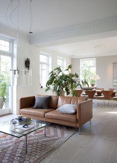 Indretningsarkitekt Mette Rokkedal og hendes mand Niels Hasager har opdateret deres klassiske patriciervilla med et stilrent mix af etniske fund, kreative løsninger og kunst. Det giver den funktionelle indretning lige præcis den sjæl, som kan være svær at købe for penge.
