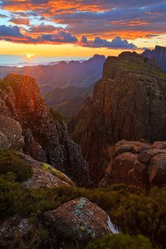 Sunrise at in the Central Drakensberg Sunrise and Devine Light Devine Light, Beautiful World, Beautiful Places, Namibia, Cosmos, Le Cap, Les Continents, Kwazulu Natal, Out Of Africa