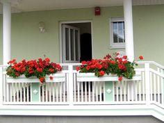 Farbenfrohe Balkongeländer Garage Doors, Outdoor Decor, Plants, Home Decor, Homemade Home Decor, Flora, Plant, Decoration Home, Planting