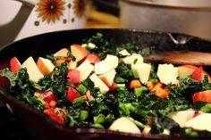 Opskrift på et lækkert tilbehør til fx ristede pølser. Rodfrugter steges i baconfedt og hygger sig med æbler og palmekål eller grønkål.