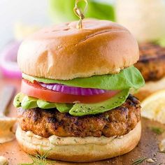 www.sizzlefish.com  The summer just isn't complete without a good burger! More specifically, a salmon burger with lemon dill sauce from @jessica_gavin! _ Head to our website: www.sizzlefish.com to order your perfectly portioned fish and shellfish today! Don't forget! Free s
