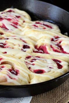 Soft, buttery rolls spread with a cream cheese mixture and stuffed with juicy raspberries. These Raspberry Cream Cheese Sweet Rolls make a special treat. These raspberry sweet rolls were a favorite with everyone at Easter this past weekend. Just Desserts, Delicious Desserts, Yummy Food, Brunch Recipes, Dessert Recipes, Dessert Food, Breakfast Recipes, Buttery Rolls, Sweet Roll Recipe