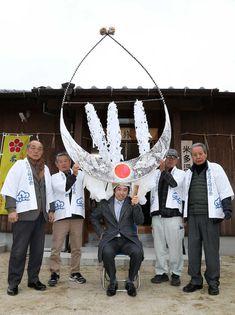 佐賀県重要無形民俗文化財の米多浮立で使われる、3メートルの天衝のかぶり気を引き締める久保王将(中央) Photo By スポニチ Crown, Entertaining, Corona, Funny, Crowns, Entertainment