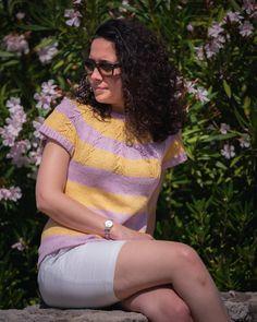 Knitwear pattern for a top-down & in-the-round tee 🌞🍇🌞 . Patron d'un t-shirt tricoté en rond et de haut-en-bas 🍇🌞🍇 Ravelry, Summer Vine, Top Down, Knitwear, Creations, T Shirt, Women, Fashion, Stockings
