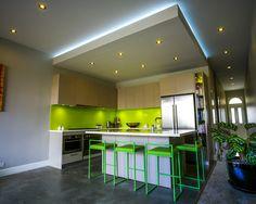 Cozinha pequena com detalhes em verde e forro de gesso.