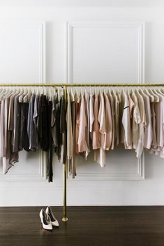 The best clothing racks to help you organize your closet and stay clutter-free from clothes. Shelves are key when you're planning where to place your clothing rack. Explore closet organization and closet furniture for your clothing on Domino. Vide Dressing, Transitional House, Retail Space, Closet Space, Closet Organization, Retail Design, Store Design, A Boutique, Decoration