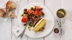 Svinebiff med pesto og tomatsalat Brie, Caprese Salad, Bruschetta, Pesto, Ethnic Recipes, Food, Essen, Meals, Yemek