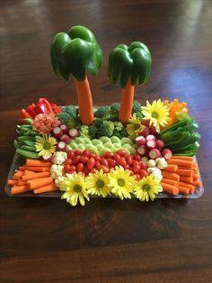 It is really simple but the colors (and flowers) make it - Vegetable tray. It is really simple but the colors (and flowers) make it Vegetable tray. It is really simple but the colors (and flowers) make it Veggie Platters, Veggie Tray, Food Platters, Vegetable Trays, Vegetable Carving, Party Trays, Snacks Für Party, Party Appetizers, Party Platters
