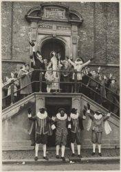 Sint Nicolaas en zijn Pieten op het bordes van het stadhuis in Haarlem. 1964