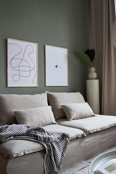 We love the combination of natural linen and deep hunter green as seen here in the Berlin home of stylist Retro Home Decor, Fall Home Decor, Autumn Home, Home Decor Styles, Home Decor Accessories, Scandinavian Interior Design, Scandinavian Living, Söderhamn Sofa, Elegant Homes