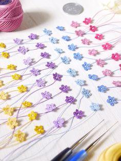 イヤリングやピアスのパーツとなる、1.5mmの極小パールをつけ終えた、ICHIRINKAとSANRINKA用の小さなお花のパーツたち~♪4 Crochet Flower Patterns, Crochet Flowers, Crochet Lace, Crochet Stitches, Lace Earrings, Crochet Earrings, Crochet Bouquet, Unique Crochet, Knitting Accessories