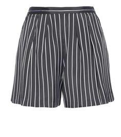 Gli shorts dalla silhouette morbida risultano eleganti e ironici al tempo stesso, grazie al tessuto gessato bianco e nero.