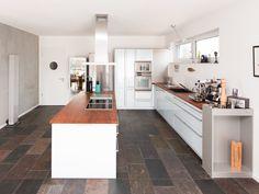 Die ausdrucksstarken Fliesen setzen einen tollen Kontrast zu puristischen, modernen Küchen – jonastone.de