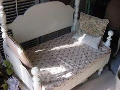 How to make a bench out of an old bed - using the headboard and foot-board. I'd love to have this as a swing on backporch! Diy Daybed, Bed Bench, Headboard And Footboard, Recycled Furniture, Furniture Projects, Diy Furniture, Diy Projects, Chaise Longue Diy, Diy Toddler Bed