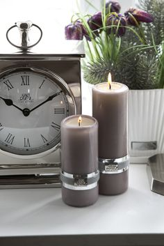 Nice grey candles with the clock and flowers Grey Candles, Pillar Candles, Chandeliers, Interior Styling, Interior Design, Room Accessories, Candle Lanterns, Soft Furnishings, Home Accents