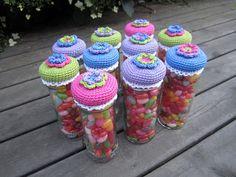 Drutten pysslar: Presenter till förskolefröknarna - link to free pattern crocheted jar topper