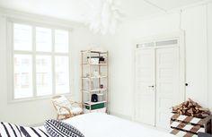 Habitación en blanco y negro con muebles madera : via MIBLOG