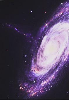 Una galaxia es un conjunto de estrellas, nubes de gas, planetas, y polvo cósmico unidos gravitatoriamente.