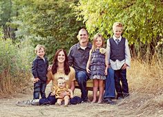 Photography family Poses On Railroad Tracks Family Posing, Family Portraits, Family Photos, Clothing Photography, Photography Outfits, Family Picture Colors, Photography Tutorials, Photography Ideas, Photo Poses For Couples