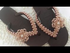 Trama X (Florzinha de Pérola preenchendo as laterais) - YouTube Beaded Shoes, Beaded Sandals, Edible Arrangements, Beaded Ornaments, Diy Paper, Flip Flops, Bling, Diy Crafts, Beads