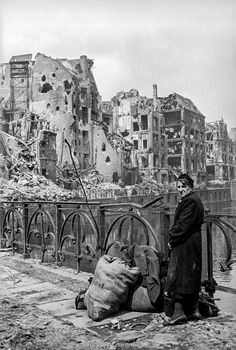 32 Rare and Amazing Vintage Photographs Capture the Ruins of Berlin Through a Soviet War Photographer Rare Photos, Vintage Photographs, Vintage Photos, Foto Vintage, Old Pictures, Old Photos, War Photography, The Third Reich, Historical Pictures