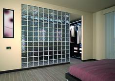 ¿Alguna vez has soñado con tener un vestidor?. Con bloques de vidrio es muy fácil y práctico, porque no solo crearás un nuevo espacio, también aportarás mucha luminosidad a la habitación.