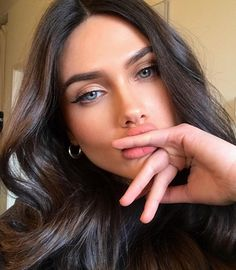 ImageFind images and videos about girl, model and beautiful girl on We Heart It - the app to get lost in what you love. Brown Hair Blue Eyes Girl, Woman With Blue Eyes, Blue Hair, Brunette With Blue Eyes, Beauty Makeup, Hair Makeup, Hair Beauty, Bella Beauty, Beautiful Lips