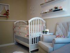 Quarto de bebê em tons pastel e rosa, com poltrona café com leite. Leticia Sa Arquitetos                                                                                           Mais