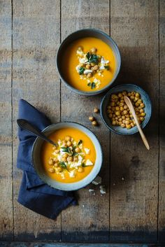 Bron: All-day Bowls Fotografie: Denise Kortlever Healthy Soup, Healthy Recipes, Shops, Go For It, Feta, Chana Masala, I Love Food, Cheeseburger Chowder, Thai Red Curry