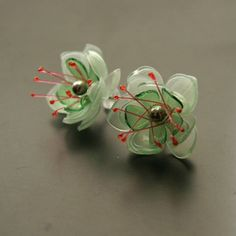 Náušnice puzety zelené Plastic Earrings, Plastic Jewelry, Plastic Beads, Shrink Plastic, Recycled Jewelry, Plastic Bottle Flowers, Plastic Bottle Crafts, Recycle Plastic Bottles, Shrink Art