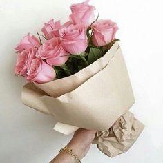 Todos nós sabemos que as mulheres amam ganhar buquê de flores, principalmente buquê de rosas! Selecionamos diversas imagens de buquês...