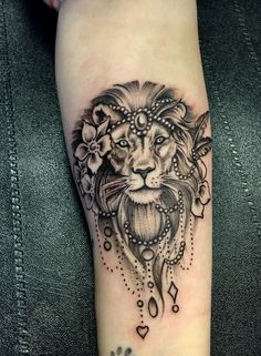 Lion Tattoos For Women – Topstoryfeed Lion Tattoos für Frauen – Topstoryfeed Mandala Lion Tattoo, Tattoo Henna, Feather Tattoos, Leo Lion Tattoos, Female Lion Tattoo, Paar Tattoos, Bild Tattoos, Badass Tattoos, Body Art Tattoos