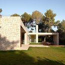 La casa El Bosque hace referencia a los bosques de pino que la rodean, tanto en su diseño como en sus materiales de construcción y de decoración.