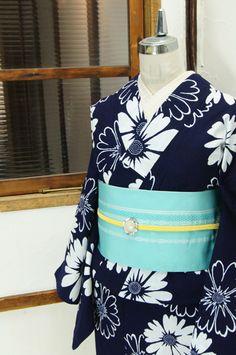 濃紺色に白で染め出されたマーガレットのようなお花模様がレトロモダンな注染浴衣です。 #kimono