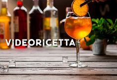 Guardate la mia video ricetta dell'Aperol Spritz, è semplice e veloce ed è impossibile sbagliare a farla! Il cocktail è nato nei primi del '900 nel nordest dell'Italia e poi si è diffuso fino ai giorni nostri. Non esiste un metodo 'unico' e ogni barman lo fa a modo suo, infatti ci sono molte varianti in ogni regione. Alcoholic Drinks, Cocktails, Video, Glass, Food, Italia, Cocktail Parties, Alcoholic Beverages, Meal