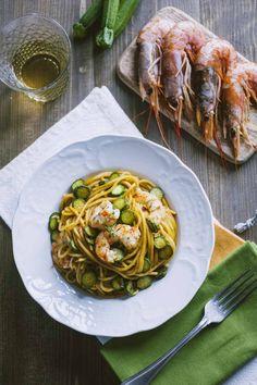 Gli spaghetti con gamberi e zucchine è un primo piatto spettacolare, armonioso e dai sapori decisi che ti faranno fare una bellissima figura!