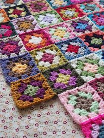 Detailed photo tutorial on how to crochet a granny square for absolute beginners. Detailed photo tutorial on how to crochet a granny square for absolute beginners. Motifs Granny Square, Granny Square Crochet Pattern, Crochet Blocks, Crochet Squares, Crochet Blanket Patterns, Crochet Motif, Knitting Patterns, Knit Crochet, Joining Granny Squares