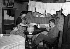 Moeder met 5 kinderen in eenkamerwoning te Etten-Leur 17-1-1950